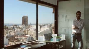 Foto de David Jimenez en el estudio de arquitectura y paisajismo