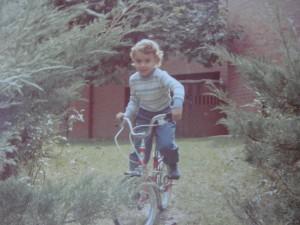 Maria montando en bicicleta en almonacid de zorita