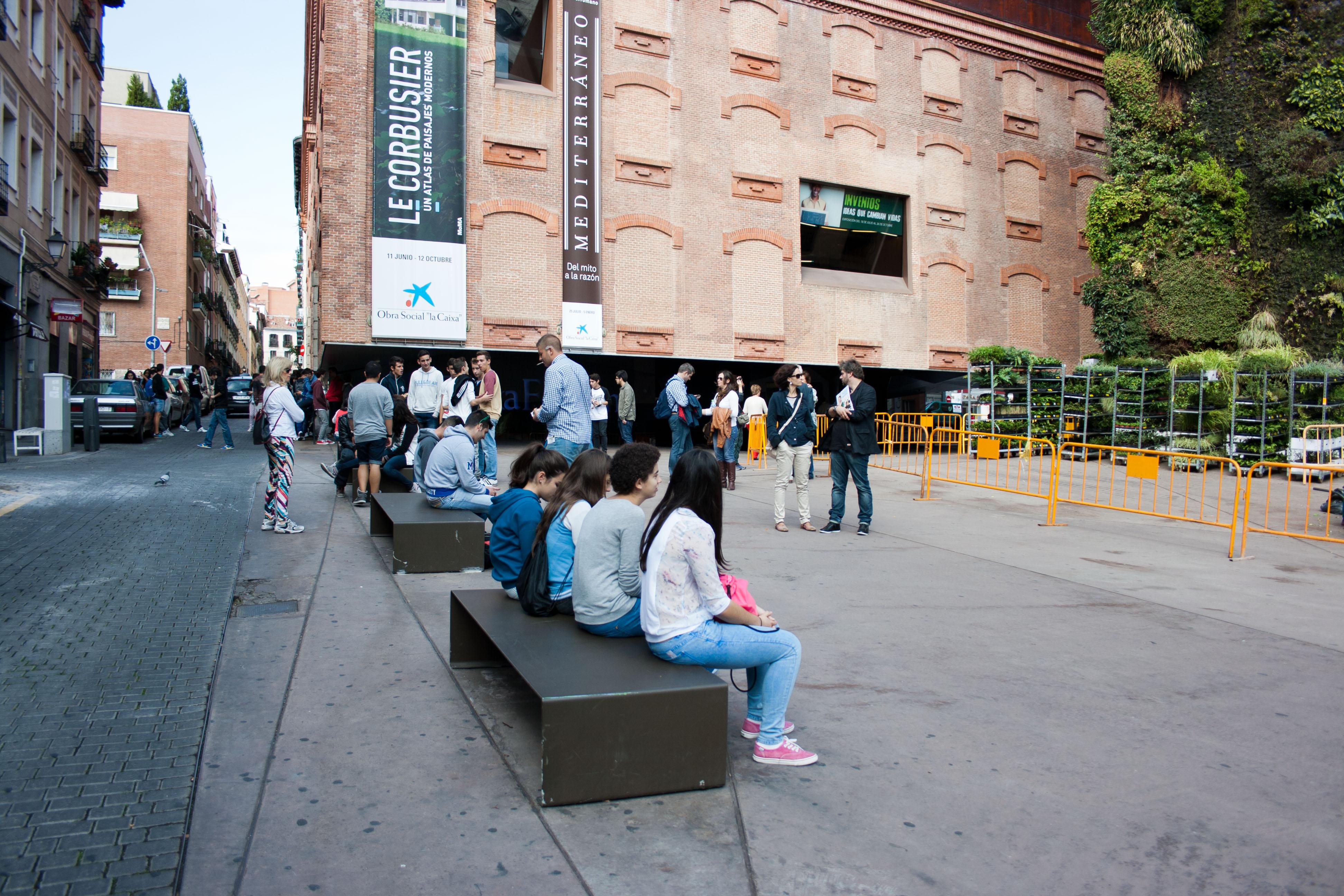 Gente sentada en el Caixaforum Madrid. Foto de David Jiménez arquitecto