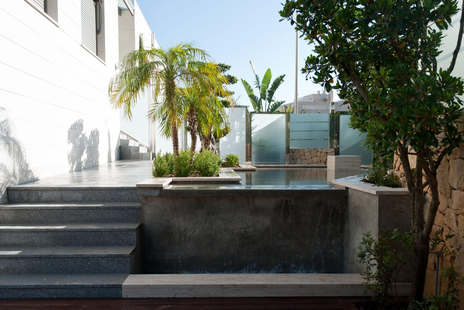 Jardin minimalista con estanque y cascada david jim nez for Cascada estanque prefabricado